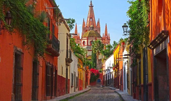 Visita esta colorida calle con uno de nuestros tours en San Miguel.